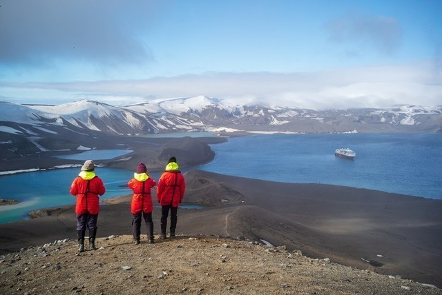 Expeditionen: hiking deception island camille seaman hurtigruten